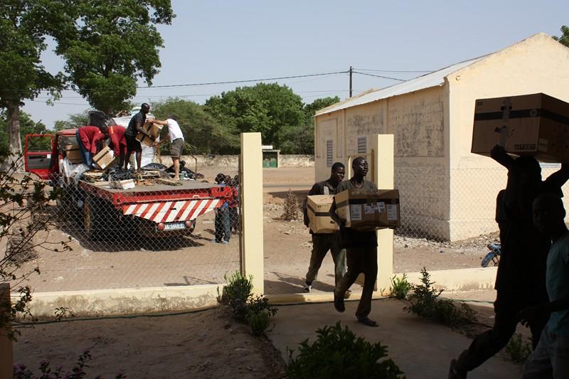 2010 - Déchargement à Nguéniène