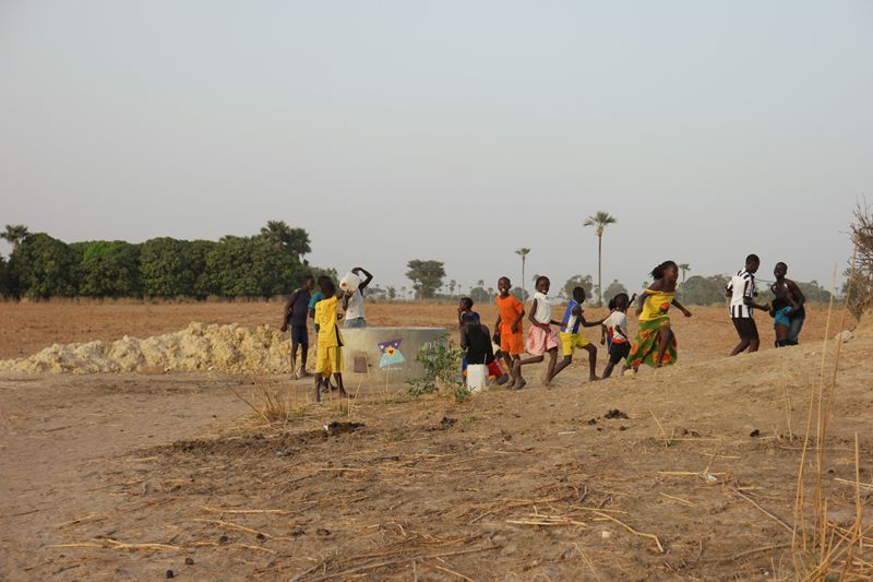 Les enfants autour du puits Khew Keurtien